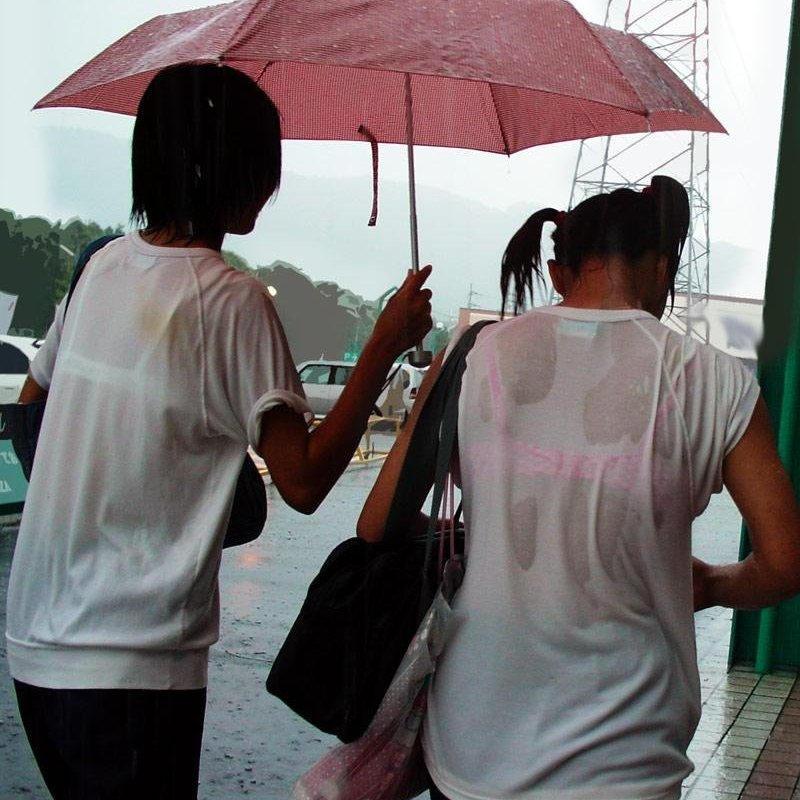 【雨の日濡れ透け画像】梅雨の時でもエロは忘れず濡れて透けた女達で抜く! 54