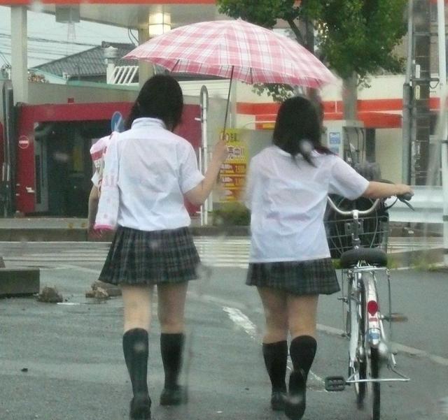 【雨の日濡れ透け画像】梅雨の時でもエロは忘れず濡れて透けた女達で抜く! 59