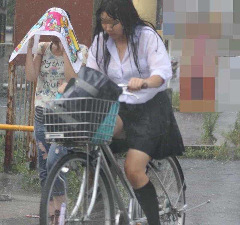 【雨の日濡れ透け画像】梅雨の時でもエロは忘れず濡れて透けた女達で抜く! 68