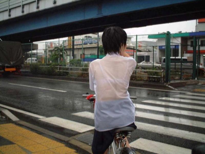 【雨の日濡れ透け画像】梅雨の時でもエロは忘れず濡れて透けた女達で抜く! 76