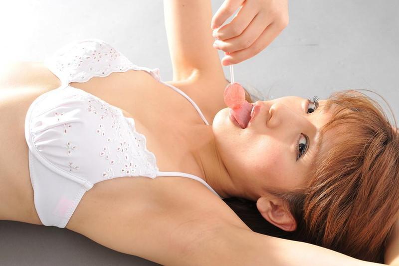 【遠野千夏グラビア画像】腹筋が見えるくらい鍛えた引き締まった身体がエロい!