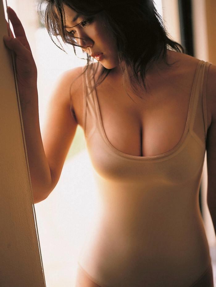 【永岡真実グラビア画像】Fカップ巨乳を見せつける谷間写真でパイズリが捗るわwwww 38