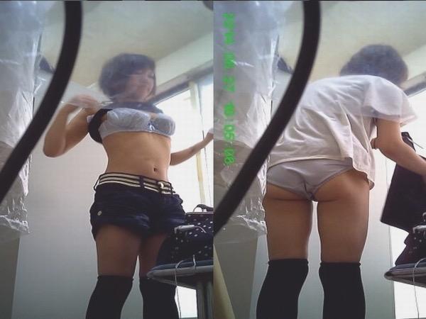 【素人試着室盗撮】隠しカメラに気付かず裸を晒してしまう素人娘たち 13