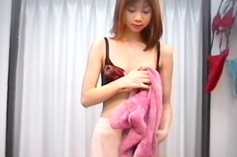 【素人試着室盗撮】隠しカメラに気付かず裸を晒してしまう素人娘たち 42