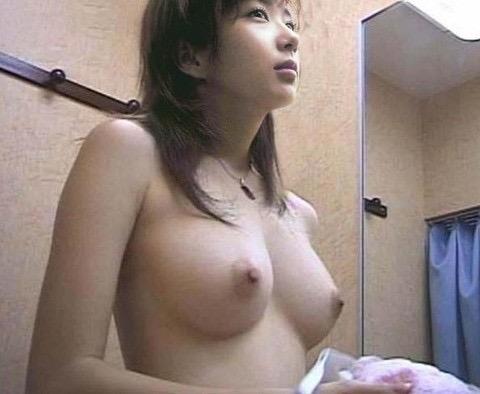 【素人試着室盗撮】隠しカメラに気付かず裸を晒してしまう素人娘たち 73