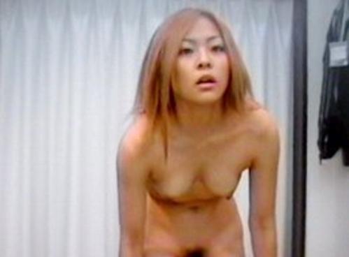 【素人試着室盗撮】隠しカメラに気付かず裸を晒してしまう素人娘たち 74