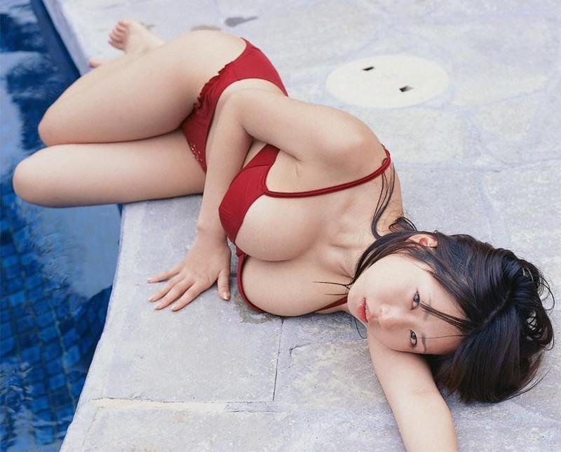 【夏目理緒グラビア画像】Jカップとかいうビキニからはみ出しそうなAV女爆乳ボディ!