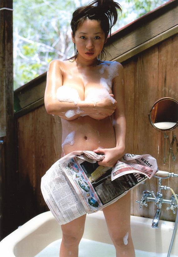 【夏目理緒グラビア画像】Jカップとかいうビキニからはみ出しそうなAV女爆乳ボディ! 04
