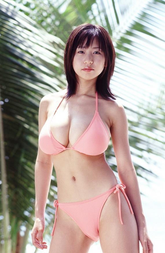 【夏目理緒グラビア画像】Jカップとかいうビキニからはみ出しそうなAV女爆乳ボディ! 18