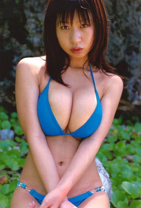 【夏目理緒グラビア画像】Jカップとかいうビキニからはみ出しそうなAV女爆乳ボディ! 19