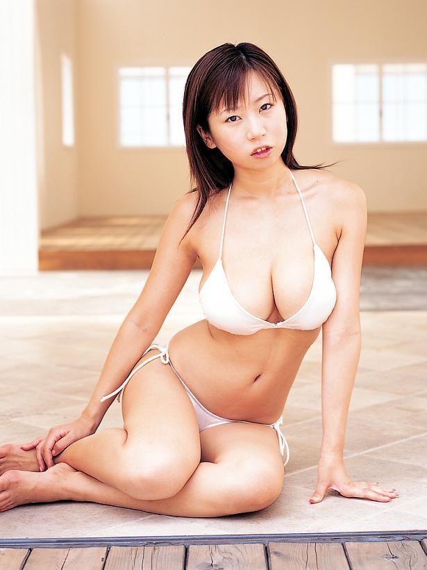 【夏目理緒グラビア画像】Jカップとかいうビキニからはみ出しそうなAV女爆乳ボディ! 22
