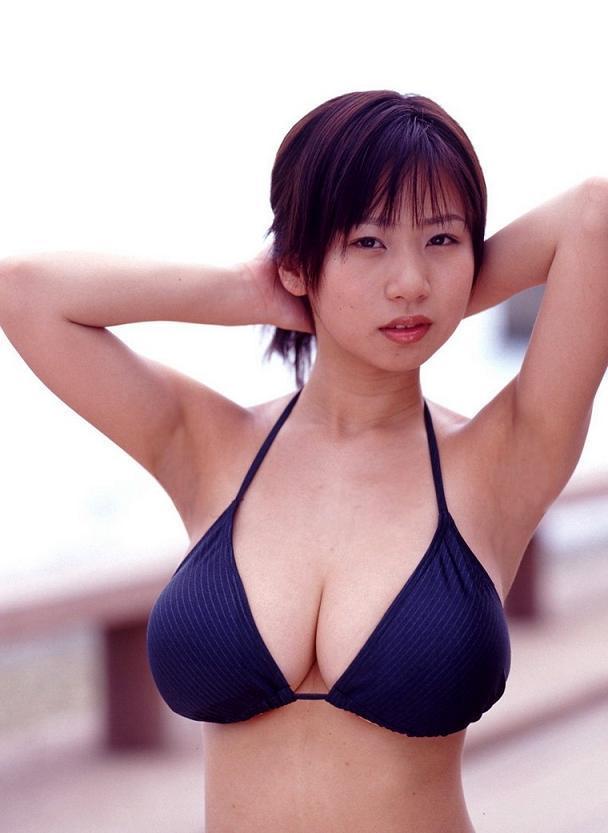 【夏目理緒グラビア画像】Jカップとかいうビキニからはみ出しそうなAV女爆乳ボディ! 24