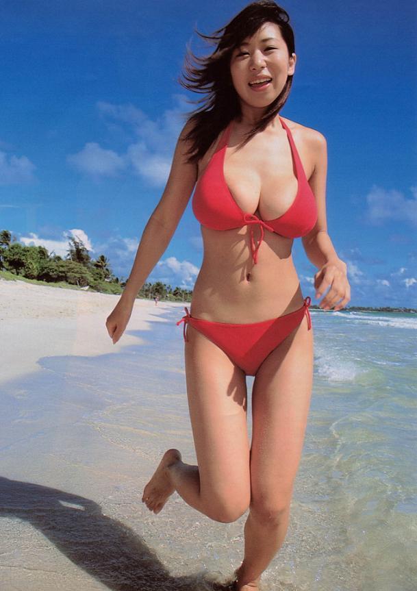【夏目理緒グラビア画像】Jカップとかいうビキニからはみ出しそうなAV女爆乳ボディ! 25
