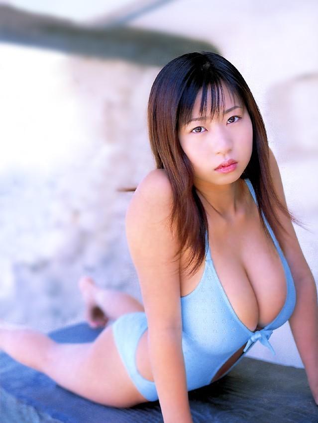 【夏目理緒グラビア画像】Jカップとかいうビキニからはみ出しそうなAV女爆乳ボディ! 31