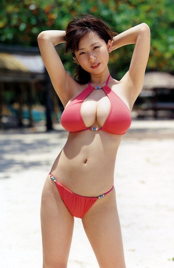 【夏目理緒グラビア画像】Jカップとかいうビキニからはみ出しそうなAV女爆乳ボディ! 32