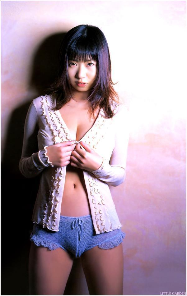 【夏目理緒グラビア画像】Jカップとかいうビキニからはみ出しそうなAV女爆乳ボディ! 37