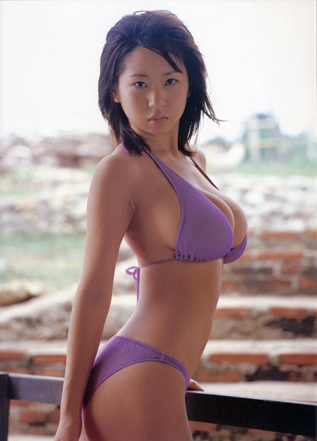 【夏目理緒グラビア画像】Jカップとかいうビキニからはみ出しそうなAV女爆乳ボディ! 38