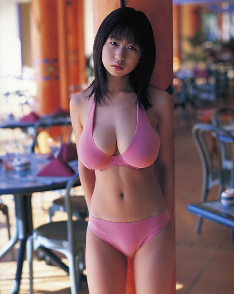 【夏目理緒グラビア画像】Jカップとかいうビキニからはみ出しそうなAV女爆乳ボディ! 58