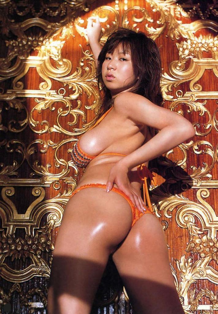 【夏目理緒グラビア画像】Jカップとかいうビキニからはみ出しそうなAV女爆乳ボディ! 63