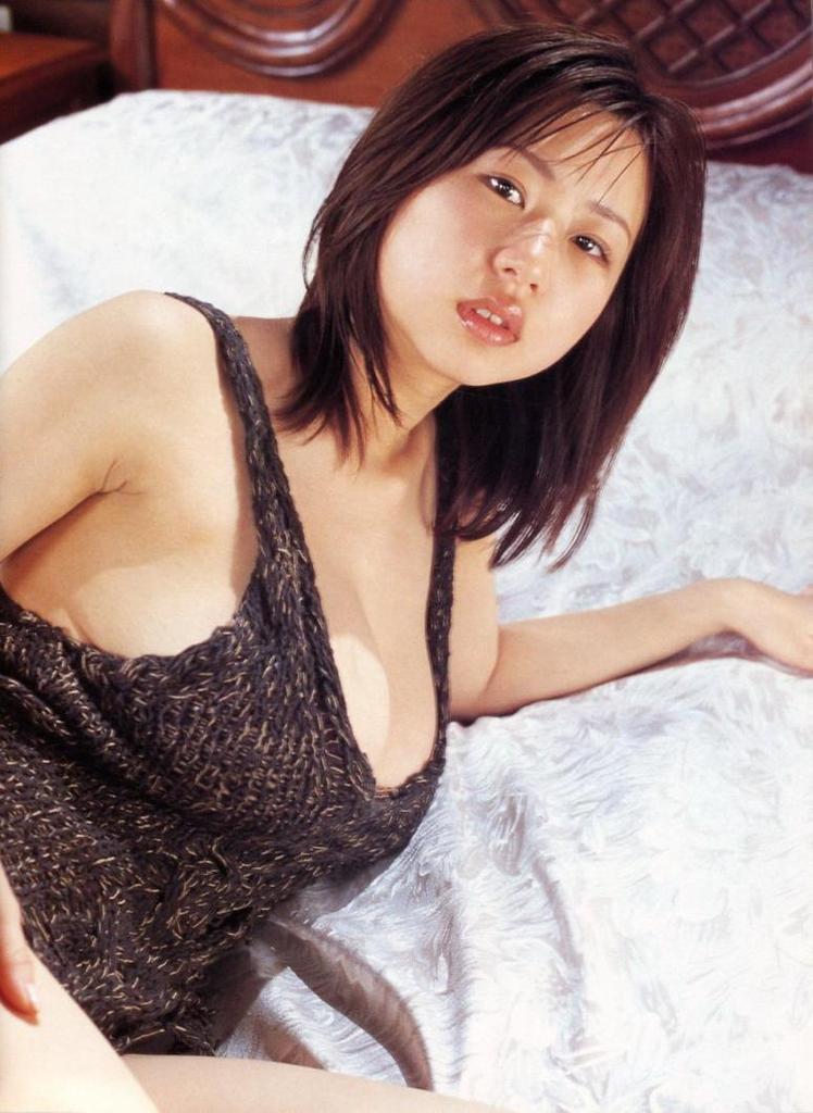 【夏目理緒グラビア画像】Jカップとかいうビキニからはみ出しそうなAV女爆乳ボディ! 70
