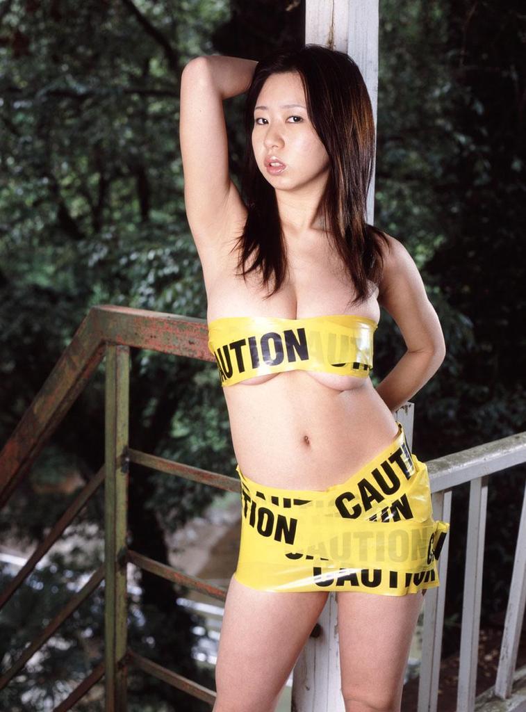 【夏目理緒グラビア画像】Jカップとかいうビキニからはみ出しそうなAV女爆乳ボディ! 73