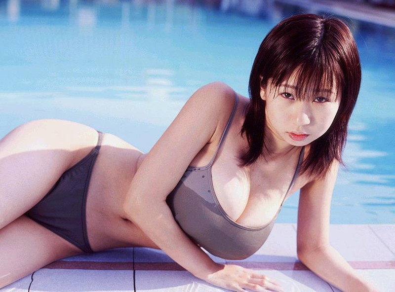 【夏目理緒グラビア画像】Jカップとかいうビキニからはみ出しそうなAV女爆乳ボディ! 77