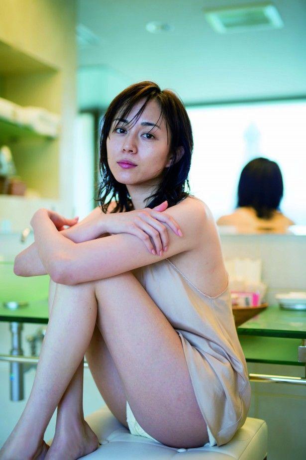【比嘉愛未キャプ画像】高身長ファッションモデルが女優をしている時のセクシーショット 62