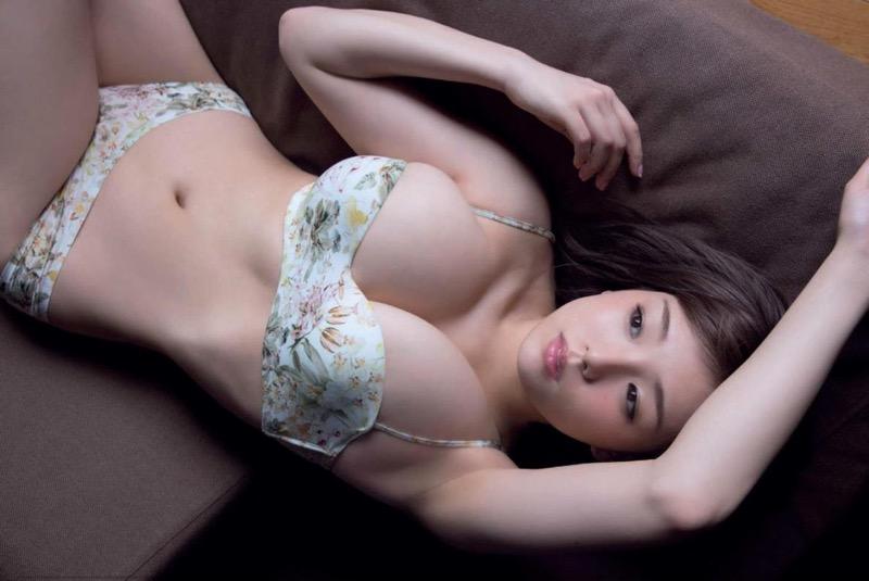 【篠崎愛グラビア画像】あどけない童顔にGカップ巨乳のアンバランスさがエロい! 09