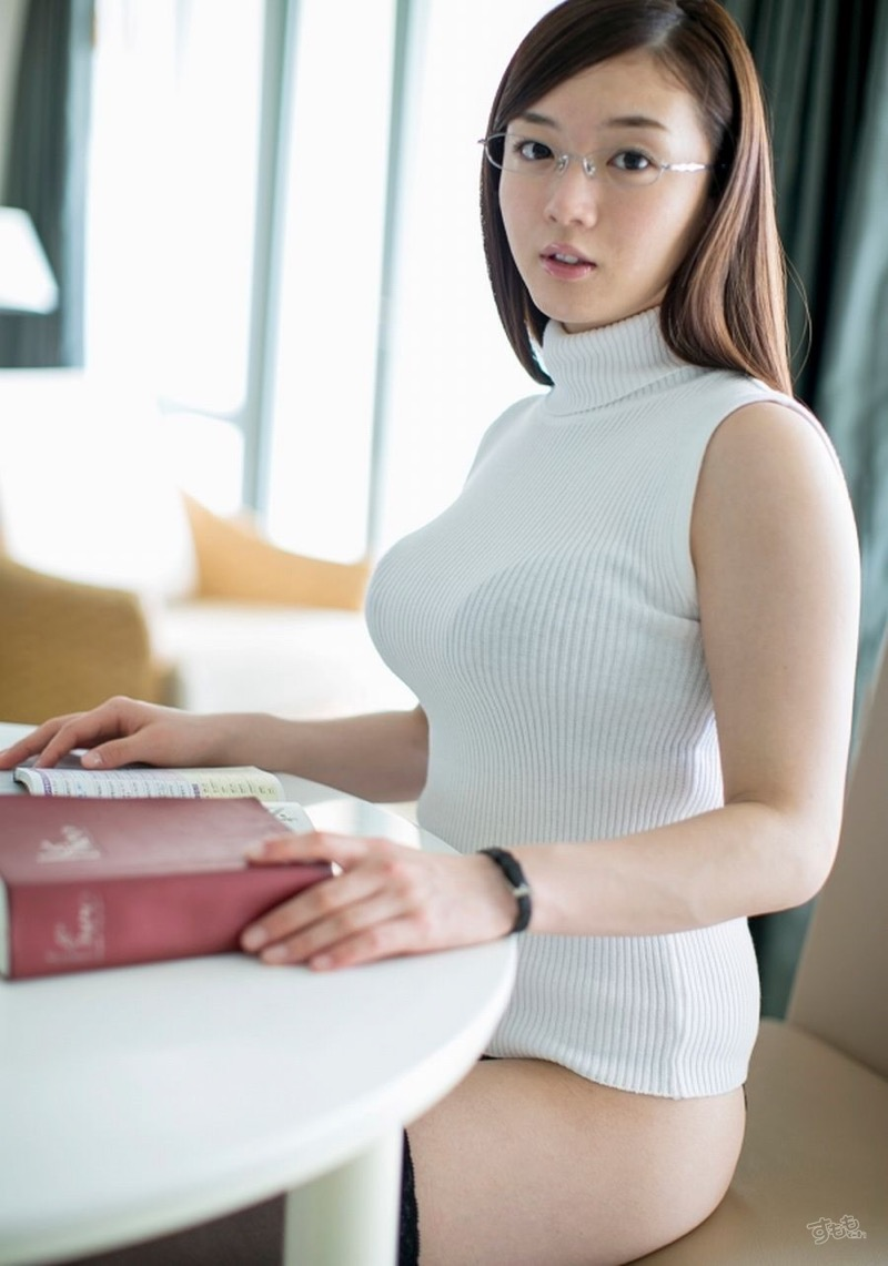 【着衣おっぱいエロ画像】服を着ていてもおっぱいラインがエロい美女! 10