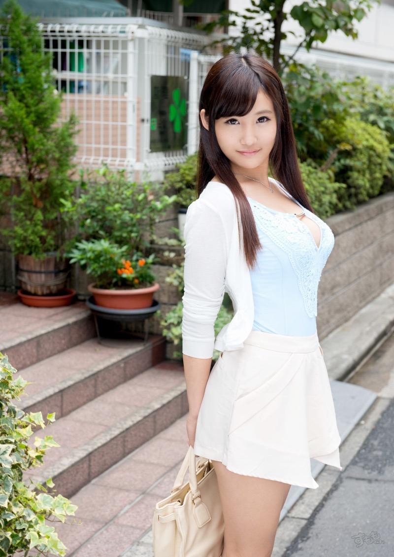 【着衣おっぱいエロ画像】服を着ていてもおっぱいラインがエロい美女! 19