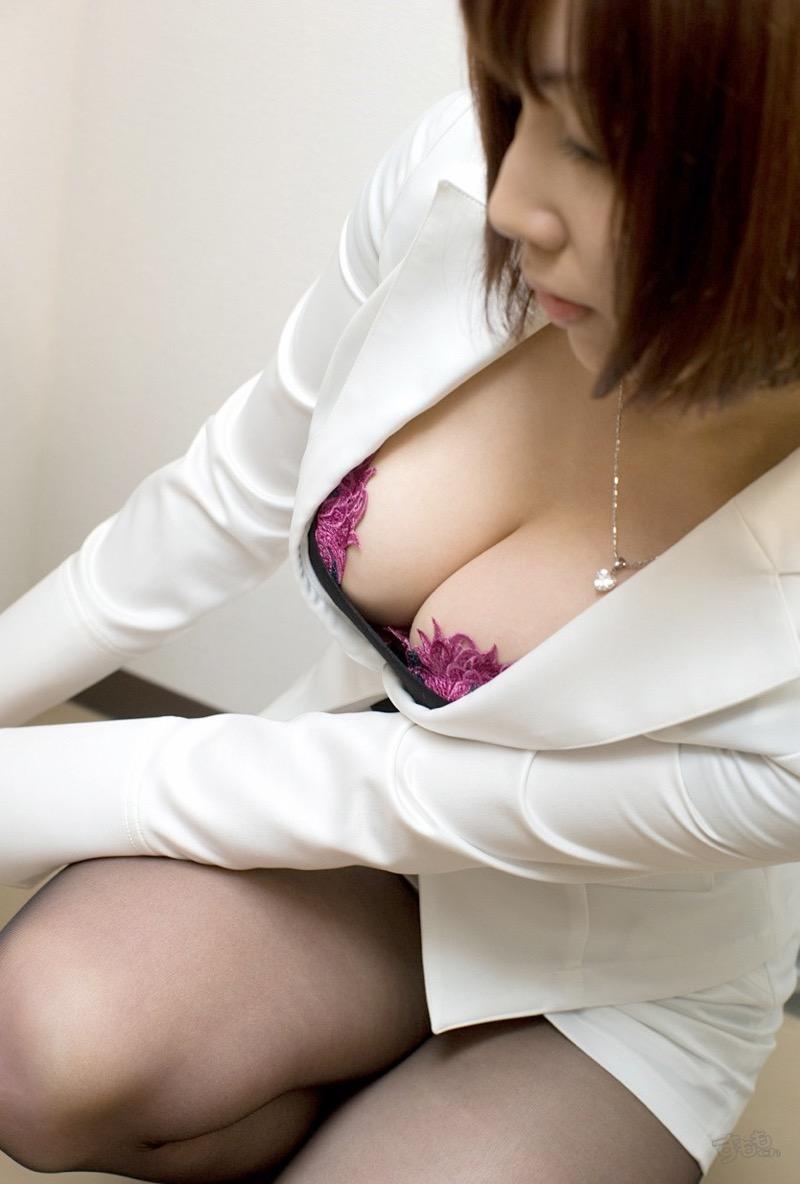 【着衣おっぱいエロ画像】服を着ていてもおっぱいラインがエロい美女! 20
