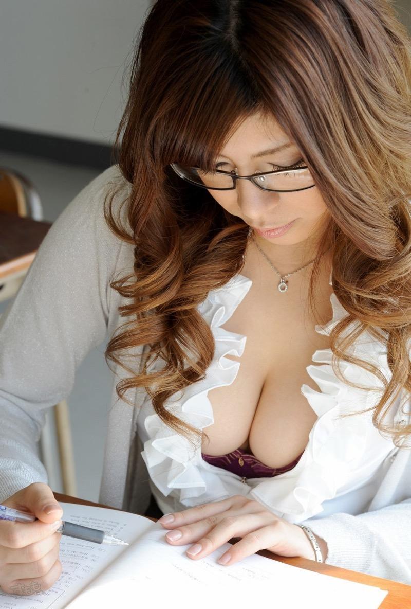 【着衣おっぱいエロ画像】服を着ていてもおっぱいラインがエロい美女! 22