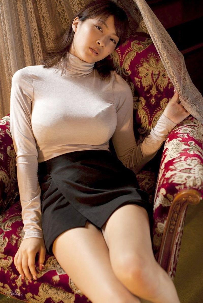 【着衣おっぱいエロ画像】服を着ていてもおっぱいラインがエロい美女! 35