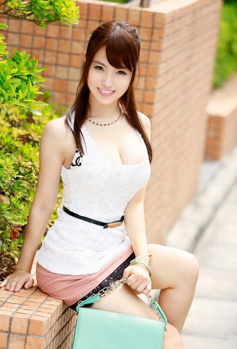 【着衣おっぱいエロ画像】服を着ていてもおっぱいラインがエロい美女! 39
