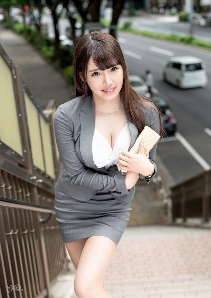 【着衣おっぱいエロ画像】服を着ていてもおっぱいラインがエロい美女! 44