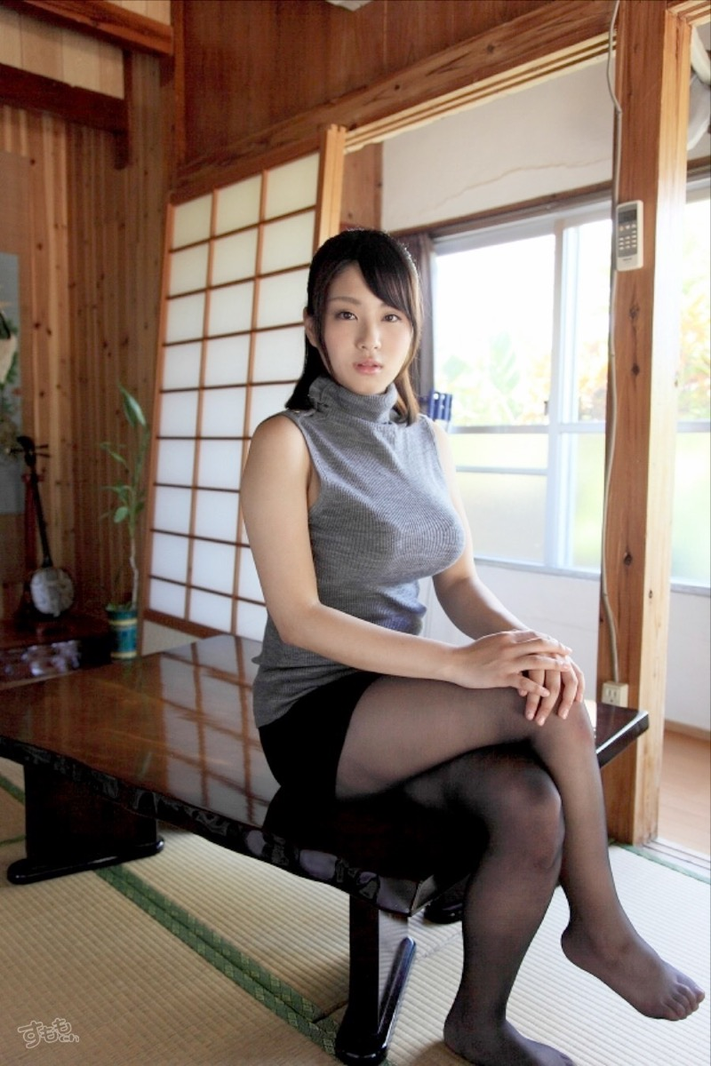 【着衣おっぱいエロ画像】服を着ていてもおっぱいラインがエロい美女! 49