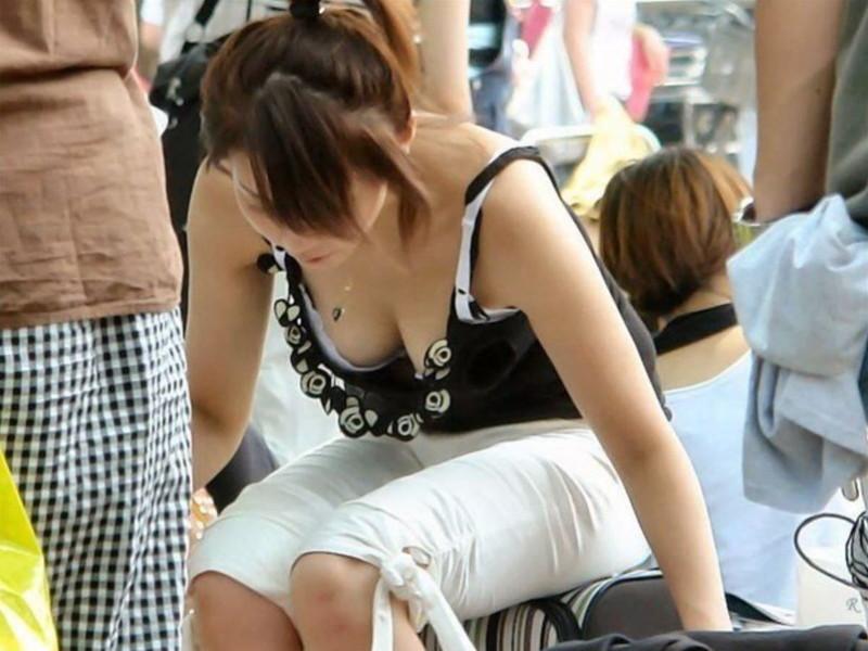 【素人エロ画像】夏本番に入ってノースリーブで出歩くお姉さんのチラ見え乳首wwww 05