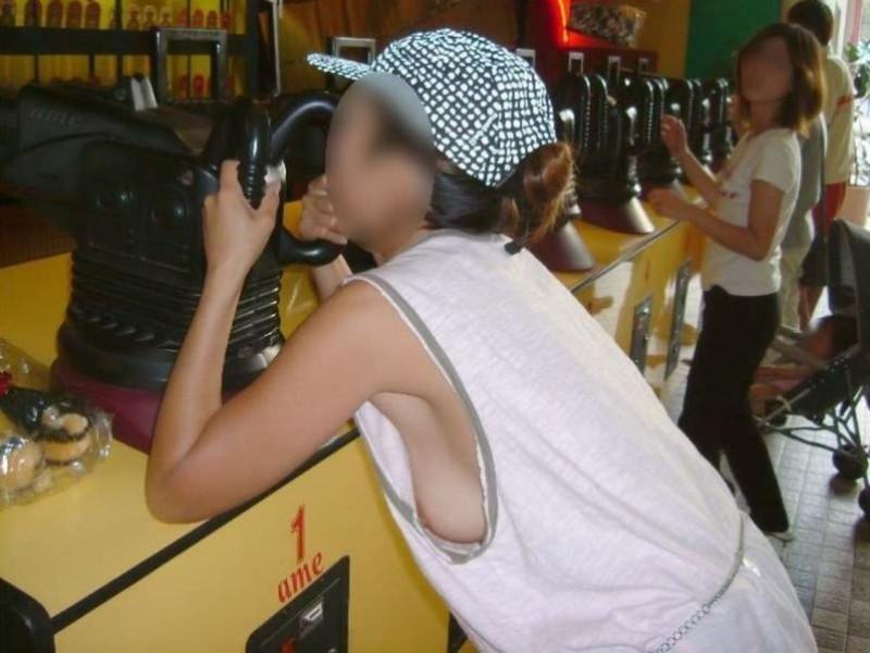 【素人エロ画像】夏本番に入ってノースリーブで出歩くお姉さんのチラ見え乳首wwww 08