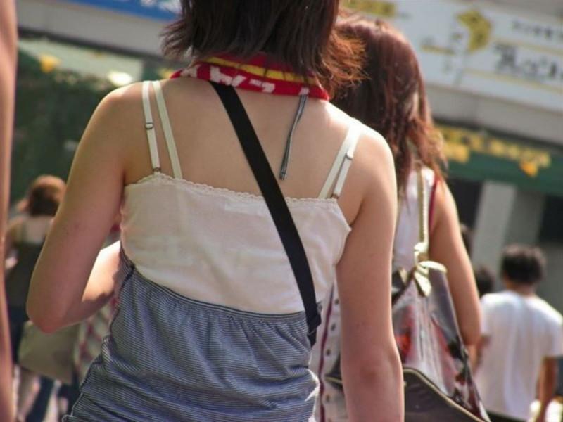 【素人エロ画像】夏本番に入ってノースリーブで出歩くお姉さんのチラ見え乳首wwww 09