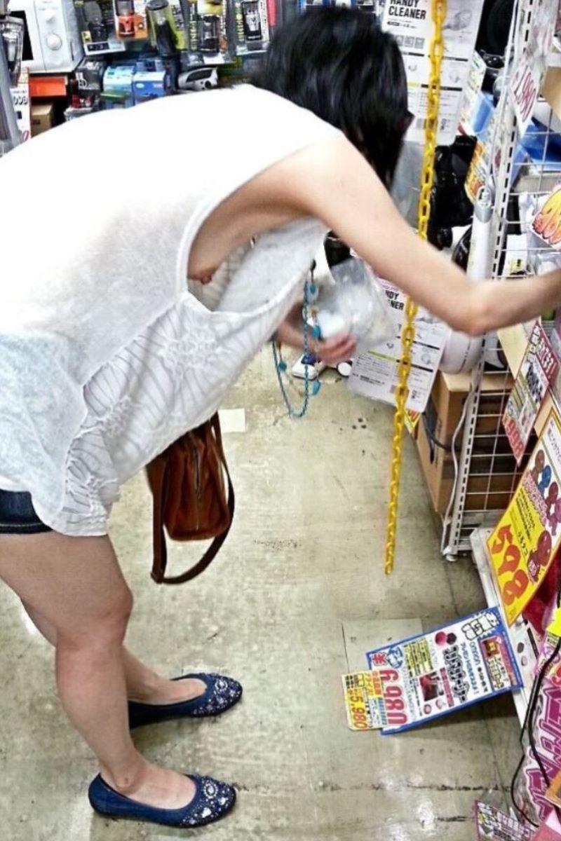 【素人エロ画像】夏本番に入ってノースリーブで出歩くお姉さんのチラ見え乳首wwww 13