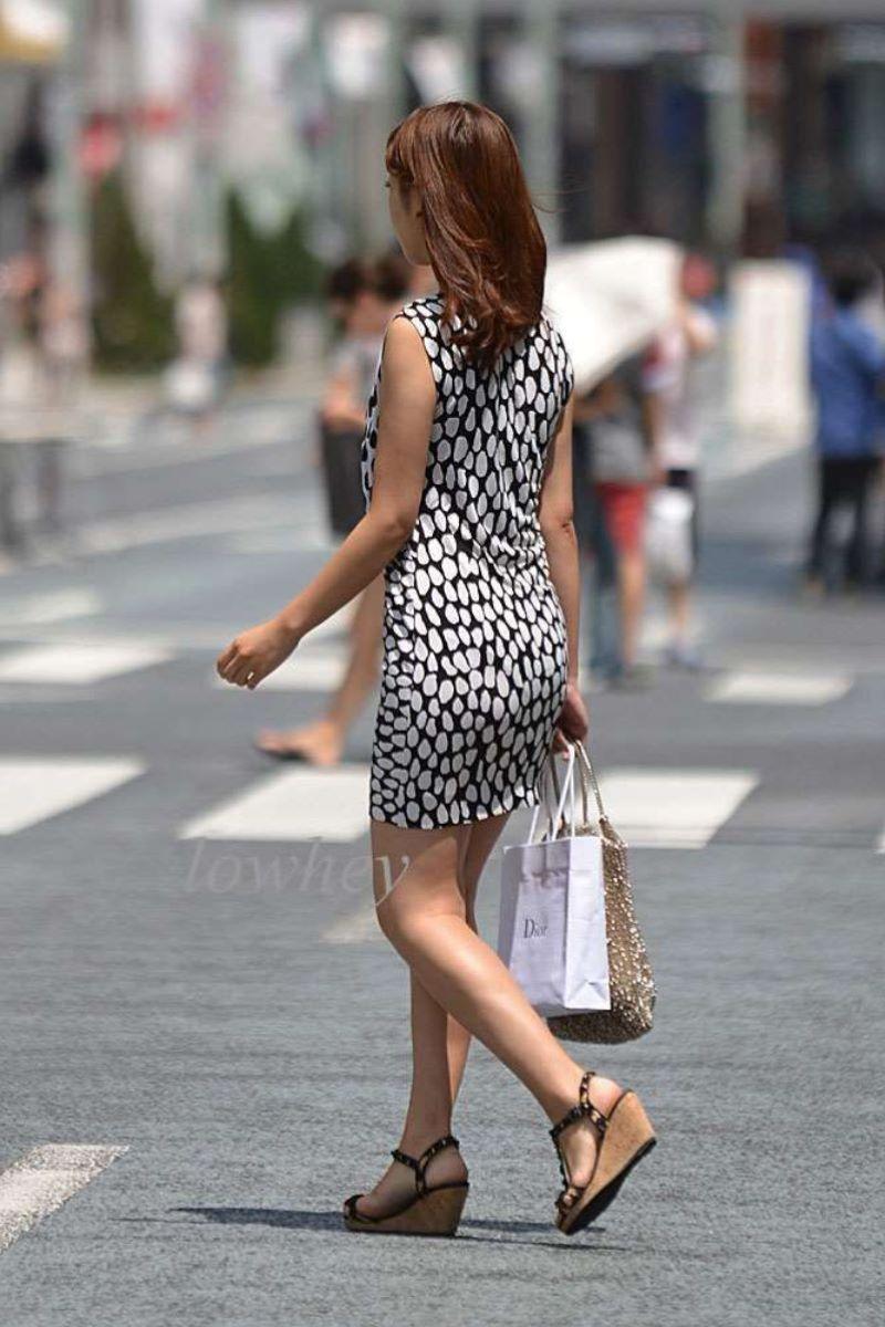 【素人エロ画像】夏本番に入ってノースリーブで出歩くお姉さんのチラ見え乳首wwww 14