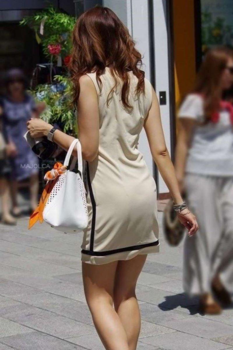 【素人エロ画像】夏本番に入ってノースリーブで出歩くお姉さんのチラ見え乳首wwww 19