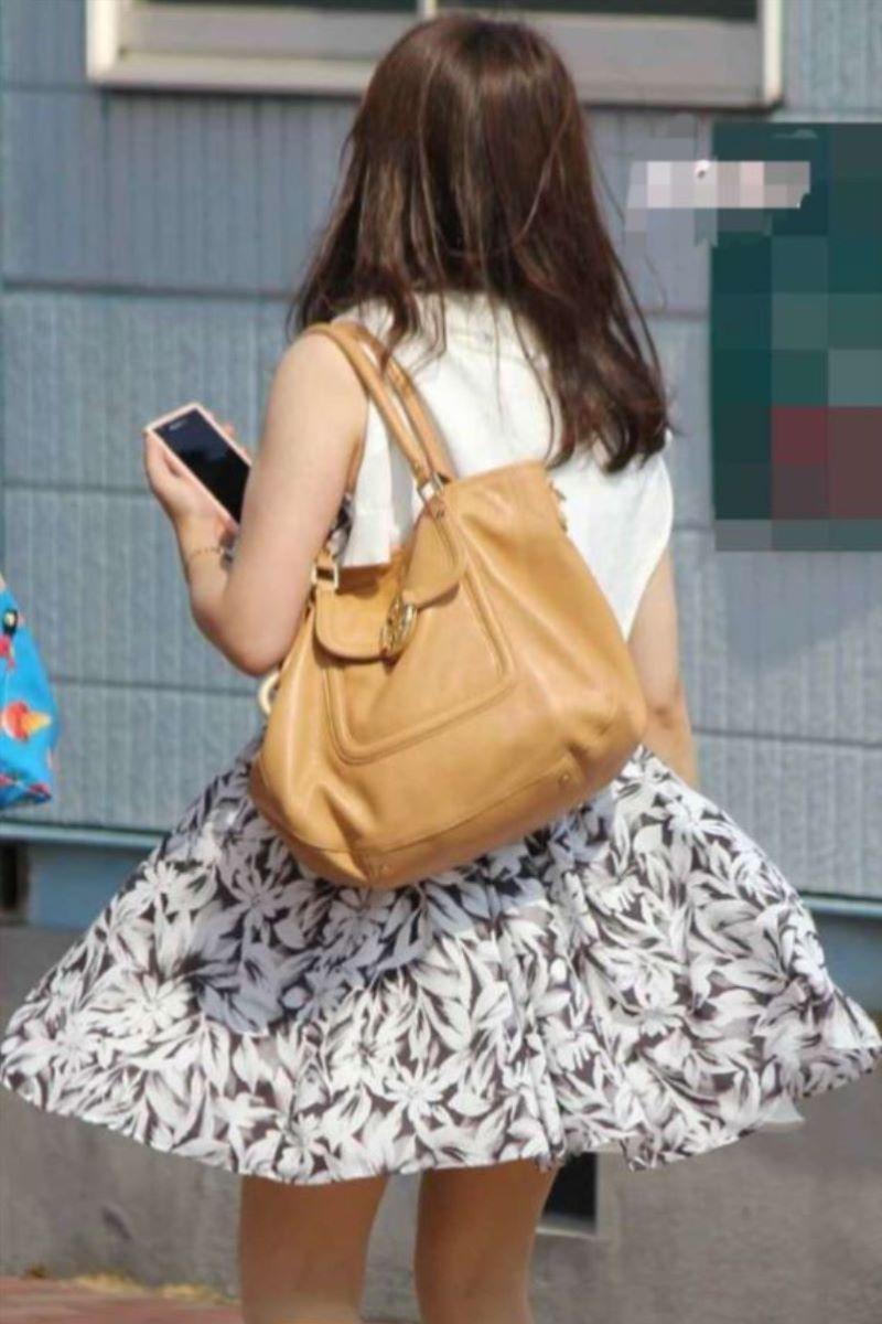 【素人エロ画像】夏本番に入ってノースリーブで出歩くお姉さんのチラ見え乳首wwww 23