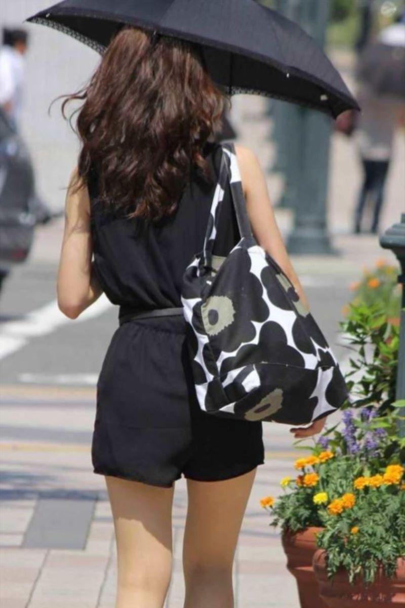 【素人エロ画像】夏本番に入ってノースリーブで出歩くお姉さんのチラ見え乳首wwww 24