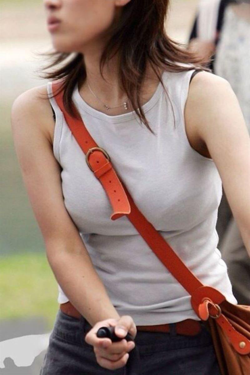 【素人エロ画像】夏本番に入ってノースリーブで出歩くお姉さんのチラ見え乳首wwww 25