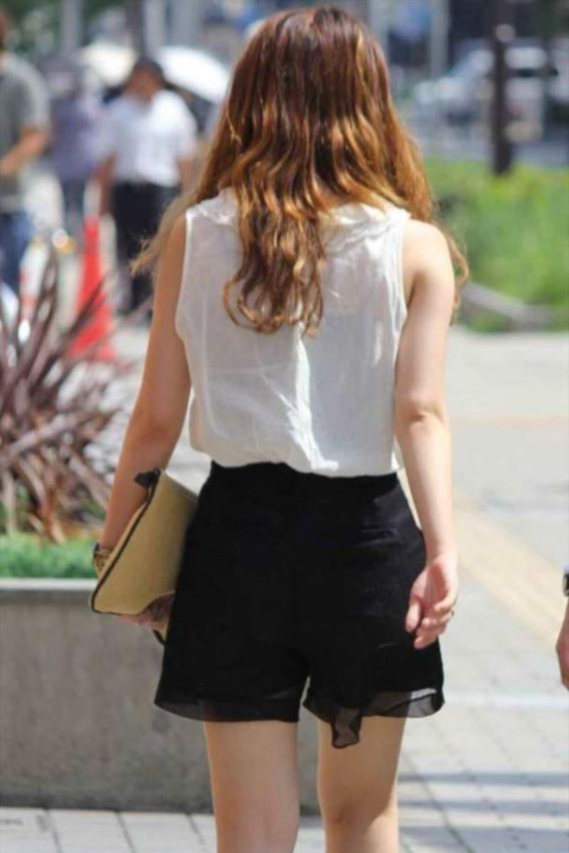 【素人エロ画像】夏本番に入ってノースリーブで出歩くお姉さんのチラ見え乳首wwww 34