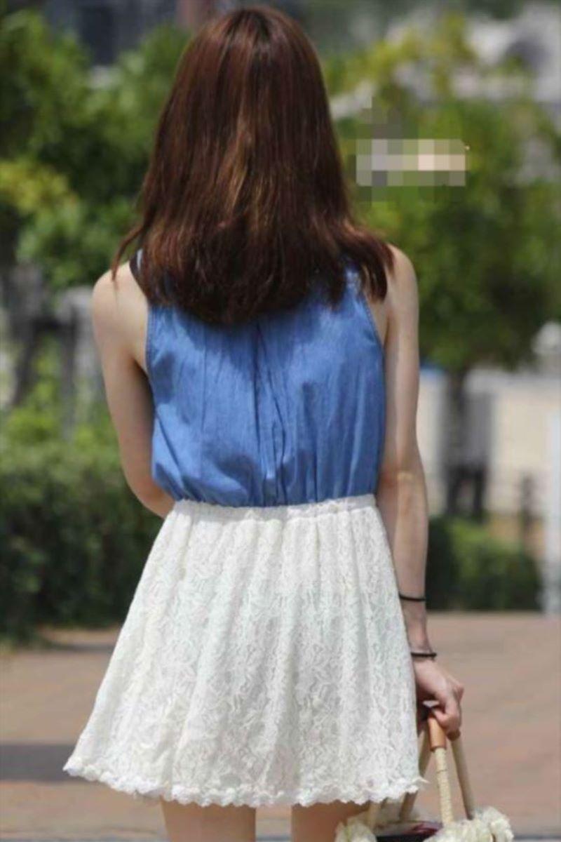 【素人エロ画像】夏本番に入ってノースリーブで出歩くお姉さんのチラ見え乳首wwww 35