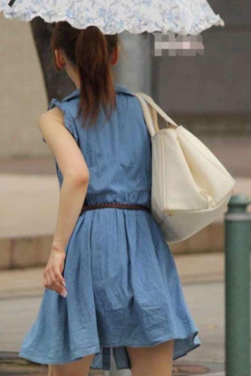 【素人エロ画像】夏本番に入ってノースリーブで出歩くお姉さんのチラ見え乳首wwww 36