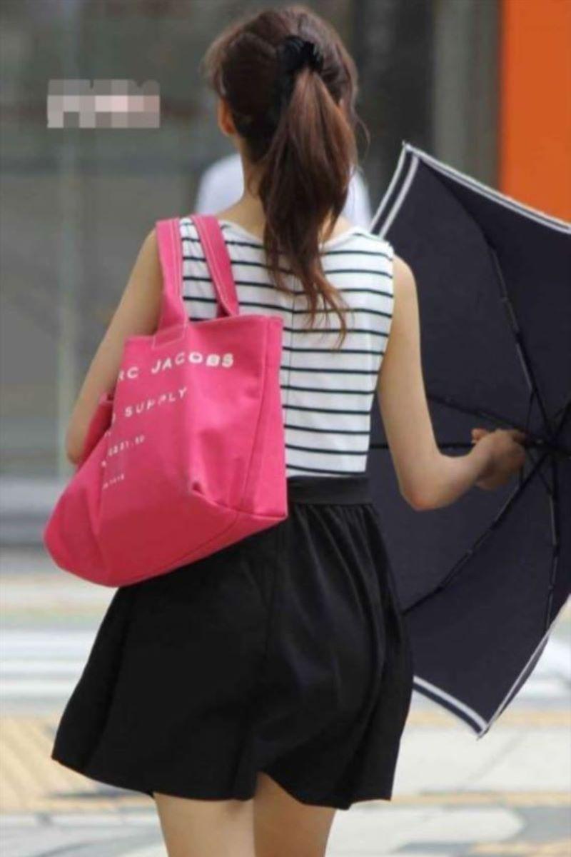 【素人エロ画像】夏本番に入ってノースリーブで出歩くお姉さんのチラ見え乳首wwww 37