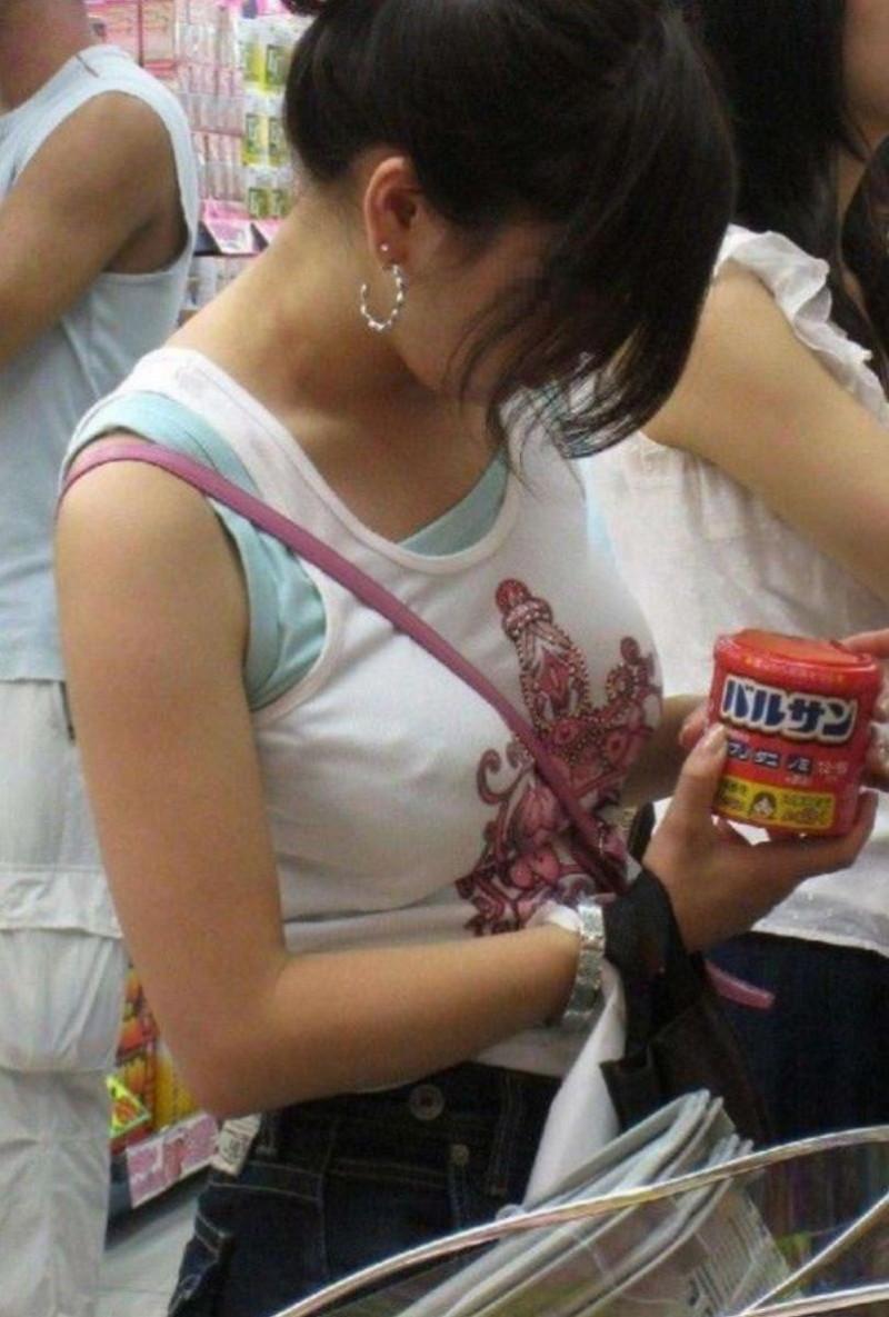 【素人エロ画像】夏本番に入ってノースリーブで出歩くお姉さんのチラ見え乳首wwww 38